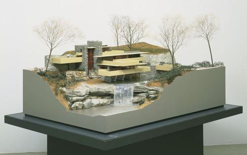"""פרנק לויד רייט, דגם ל""""בית המפל"""" (Fallingwater), בית קאופמן במיל ראן, פנסילבניה, 1934-37. אקריליק, עץ, מתכת, פוליסטרין וצבע,  Museum of Modern Art, New York"""