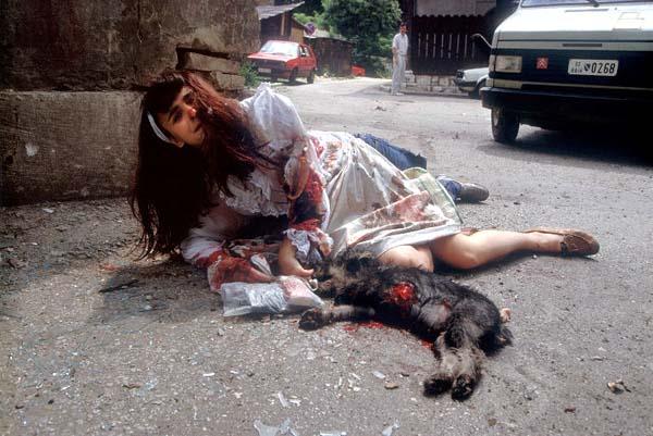 Luc Delahaye, ביליאנה ירובץ' נפצעה מפגז, בוסניה, 1992.  Via The Red List