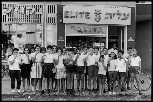 Elliott Erwitt, ילדים ליד חנות ממתקים וגלידה, 1962,  Magnum