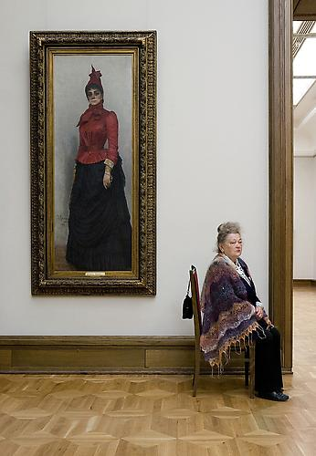 "Andy Freeberg, ""דיוקן הדוכסית ורוורה איבאנובנה איקסַקוֹל פון הילדנבאנדט לאיליה רפין (Ilya Repin) במוזאון טרטיאקוב"", 2008. via Andrea Meislin Gallery, NY"