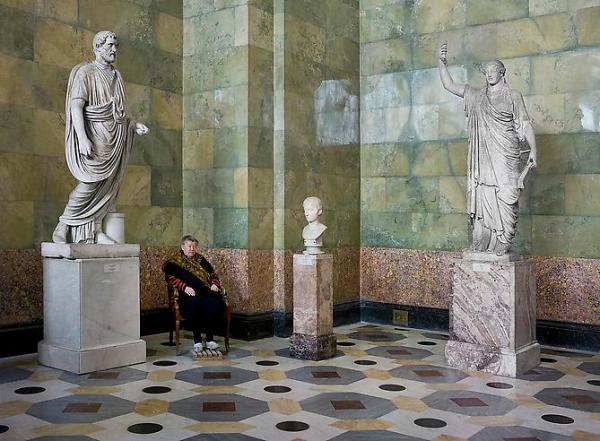 "Andy Freeberg, ""פסלים: הקיסר אנטוֹנינוּס פִּיוס, צעיר וקַריאטידה במוזיאון הרמיטאז'"", 2008. via Andrea Meislin Gallery, New York"