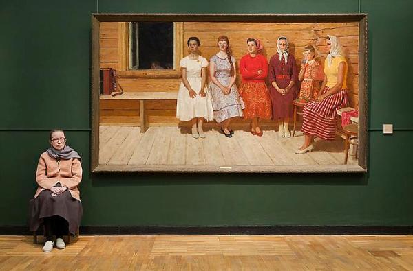 "Andy Freeberg, ""'לפני הריקוד' ליורי קוגאץ' (Yuri Kugach) במוזיאון טרטיאקוב"", 2009.  via Andrea Meislin Gallery, New York"