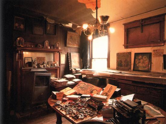 Keizo Kitajima, הדירה בוובסטר 851, שיקגו, 25 שנה לאחר מותו של דארג'ר, טרם פירוקה הסופי. Via Andrew Edlin Gallery, New York