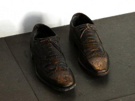 אדריאן פאצ'י, נעליים, 2009. יציקת ברונזה,  Via Peter Blum Gallery, NYC