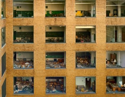 Andrew Moore,  חצר בית הספר התיכון הטכני קאס בדטרויט, מהסדרה דטרויט 2008-2009,  Via Yancey Richardson Gallery, NYC