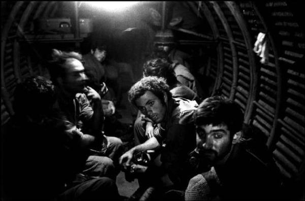 מיכה בר-עם, חיילים בקו בר-לב המותקף במלחמת יום כפור, 1973.  Via Magnum Photos