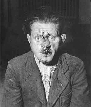 Lee Miller, שומר במחנה הריכוז בוכנוולד, גרמניה, מיד לאחר השחרור, 1945.