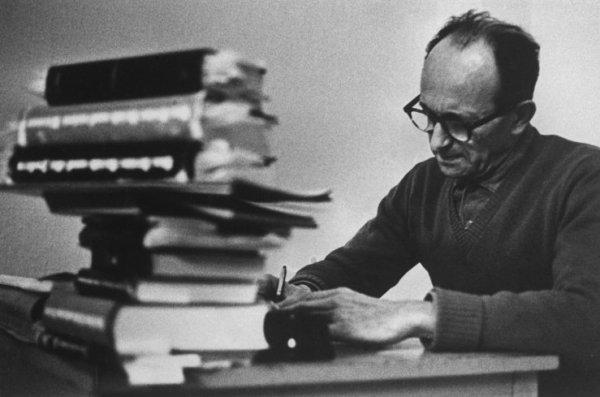 "Gjon Mili, אדולף אייכמן בכלא רמלה, אפריל 1961. ""הקריאה והכתיבה הותרו לאייכמן בכלא והוא התרכז בספרים על המשטר הנאצי"".  Via Life Magazine"