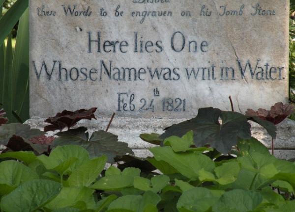 """""""כאן מונח אחד ששמו נחקק במים"""", בית הקברות לנוצרים שאינם קתולים, רומא. מכתביה של פאני ברון, שלא נפתחו ולא נקראו, נטמנו איתו. על הקבר סיגליות, הפרח האהוב על קיטס.  Via Deep Roots Magazine"""
