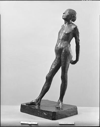 """אדגר דגא, פסל הכנה בעירום ל""""רקדנית קטנה בת 14"""", יציקת ברונזה שנעשתה ב-1920 למקור מ-1878 עד 1880.  The Metropolitan Museum of Art, New York"""