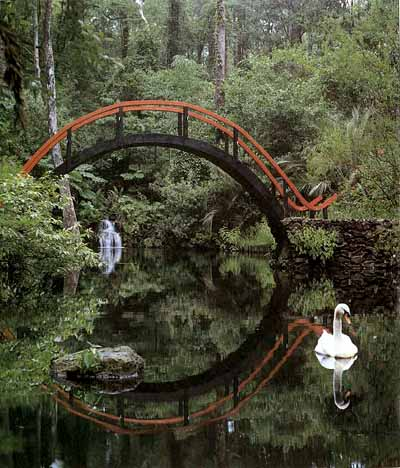 גשר שנבנה בסגנון יפאני באנגליה. הגשר יוצר את שדה הכוח הנופי הן בהתבוננות הן בגוף העולה ויורד בו. יחד עם ההשתקפות הוא יוצר מעגל-זֶן (אֶנְסוֹ) מושלם אך לא שלם, משתנה ונשאר, מלא וריק.  Via HowThingsWorks