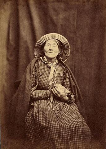 Dr. Hugh Welch Diamond, אשה יושבת עם צפור, בסביבות 1855. הדפס אלבומן מתשליל זכוכית,  The Getty Center, Los Angeles