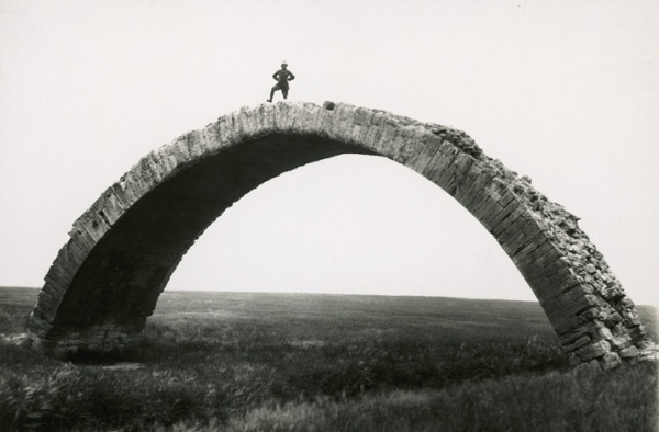 Max von Oppenheim, גשר רומאי עתיק על ואדי אל-מוּר במוֹסוּל, עירק, שנות ה-20 של המאה העשרים.   Via National Geographic