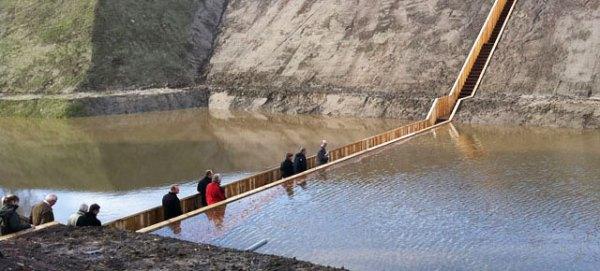 גשר שקוע להולכי רגל בהולנד. הגשר, המוליך למצודה עתיקה, נבנה במאה ה-17 בתוך תעלת ההגנה הסובבת את המצודה. הוא שקע ונעלם תחת קליפת המים המכסה בוץ עמוק ובלתי עביר ושוחזר באחרונה.  Via GIZMODO