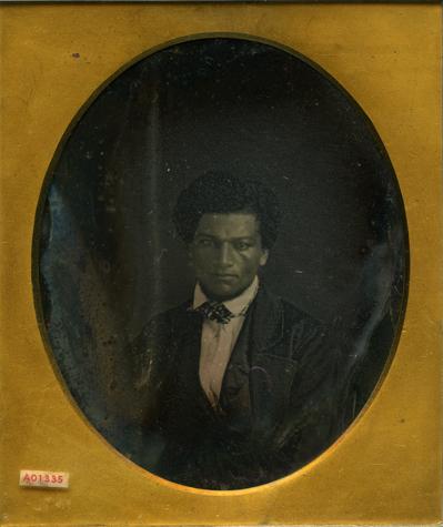 תצלום דאגרוטיפ של פרדריק דאגלס בצעירותו, לאחר שהצליח להמלט לחופשי, בסביבות 1840-1845. אוסף פרטי