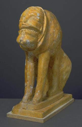 "Eduardo Paolozzi, ""דיוקן האמן ככלב צעיר"", 1985. גבס צבוע,  Tate Britain, London מפעל החרסינה רוזנטל הזמין ב-1985 מפאולוצי דמות לסדרה בת 200 עותקים שהפסל הזה הוא גרסה גדולה שלה. צִפוי הלכה הכהה אמור להעניק לדמות מראה ""עתיק"". העבודה נכללה בתצוגה שהזמין מוזיאון האנושות (Museum of Mankind) בלונדון. התערוכה נפתחה ב-1986, נקראה ""ממלכות קסם אבודות"" ועֵרבה אוספים אתניים עם עבודות של האמן."