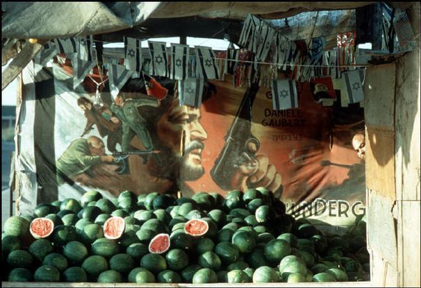 מיכה ברעם, רוכל אבטיחים בדרך השלום, 1974. Magnum Photos