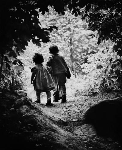"Eugene Smith, ""ההליכה לגן עדן"" (ילדיו של הצלם פטריק וחואניטה), ארה""ב, 1946. התצלום נכלל בתערוכה ובאלבום ""משפחת האדם"",  Magnum Photos"