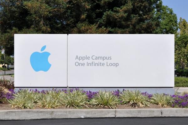 """השלט של """"קמפוס אפל"""" (המטה הראשי החדש של החברה), רחוב לולאה אינסופית 1 (""""לולאה אינסופית אחת""""), קופרטינו, קליפורניה, ארה""""ב.  Via Wikipedia"""