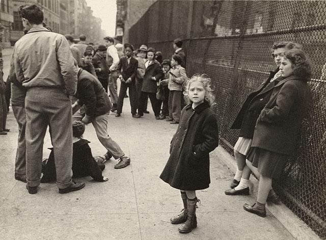 Walter Rosenblum, ילדה עם פוליו, רחוב ריבינגטון, ניו יורק, 1938.  The Getty Museum, Los Angeles