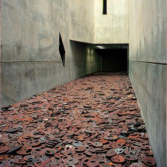 """מנשה קדישמן, """"שלכת"""", מיצב ברִיק הזכרון שבמוזיאון היהודי בברלין"""