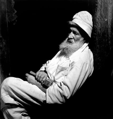 Wayne Miller, קונסטנטין ברנקוזי בסטודיו שלו, 1945-1946.  Via The Red List