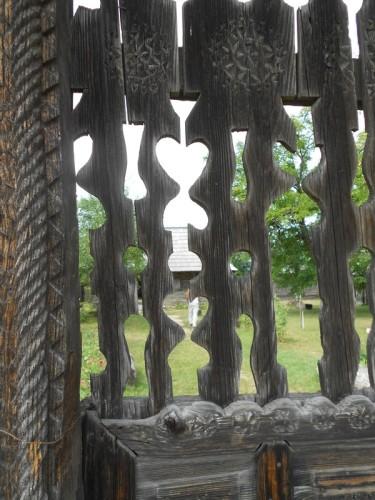 casa-muzeu-constantin-brancusi-hobita-gorj-detaliu-poarta-de-lemn-via-travelmaniacs