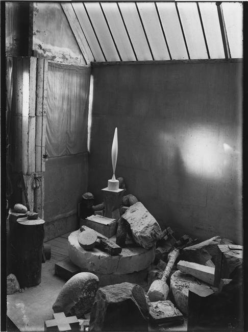 constantin-brancusi-vue-datelier-colonne-du-baiser-1916-1917-loiseau-dans-lespace-marbre-blanc-1923-centre-pompidou-paris