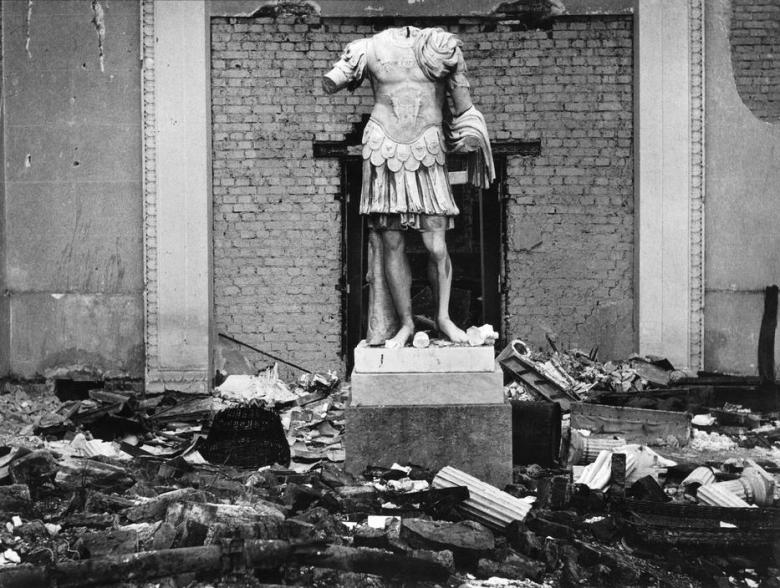herbert-list-germany-munich-glyptothek-roman-statue-winter-of-1945-46-magnum-photos